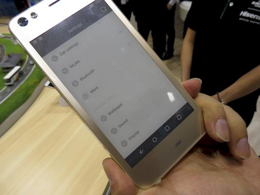 novostitenaa-sertificiroval-neobychnyj-smartfon-2 2