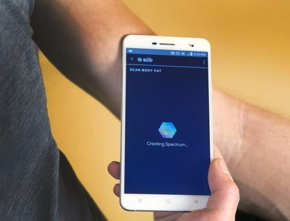 novostina-vystavke-ces-2017-sostoyalsya-reliz-unikalnogo-smartfona 3